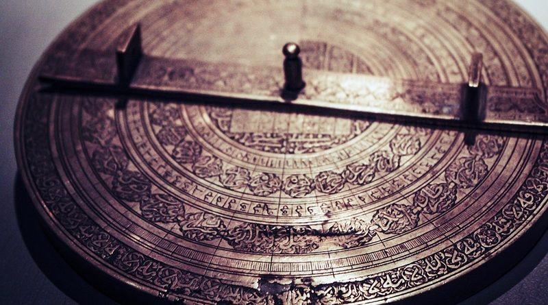 Almanaque - Calendário antigo em metal