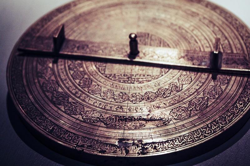 Calendário antigo em metal