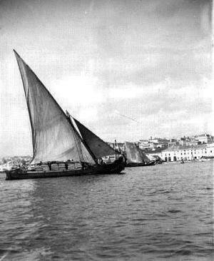 Embarcações tradicionais - Barco Varino junto ao cais do Sodré, em Lisboa.