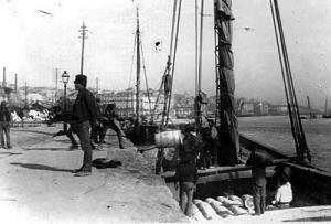 Embarcações tradicionais - Falua descarrega no Cais do Sodré.
