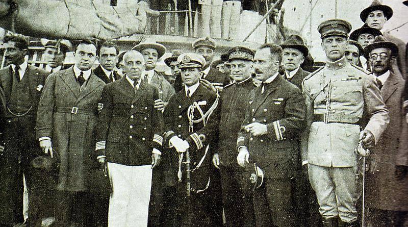 No Rio de Janeiro, Sacadura Cabral e Gago Coutinho são recebidos em festa.